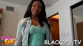Schwarzes Mädchen lutscht schwarzen Schwanz