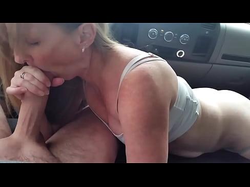 Blonde milf auto blowjob foto 4
