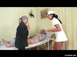 Opa fickt krankenschwester, während oma masturbiert foto 1