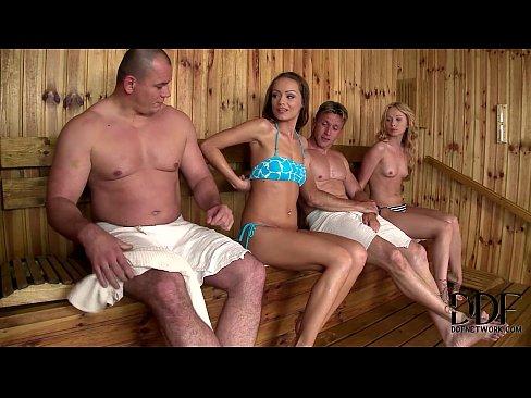 Brazzers hinterhältige sauna mama foto 1